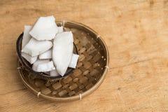 Vieille pulpe de noix de coco dans la cuvette de rotin et l'espace négatif Photos stock