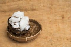 Vieille pulpe de noix de coco dans la cuvette de rotin et l'espace négatif Images stock