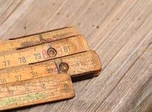 Vieille règle de pliage en bois sur la table photo libre de droits