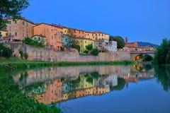 Vieille réflexion de ville en rivière de Tevere, Umbertide, Italie photographie stock