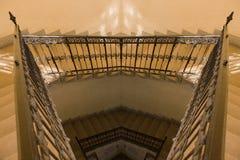 Vieille réflexion jaune d'escalier Photo libre de droits