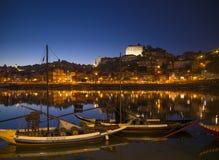 Vieille région de rivière de ville de Porto au Portugal la nuit Photo stock