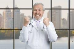 Vieille réjouissance heureuse de docteur Photographie stock libre de droits