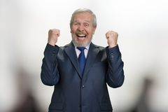 Vieille réjouissance réussie d'homme d'affaires dans l'excitation avec des bras  images stock