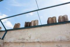 Vieille rénovation de botte de toit en métal Images stock