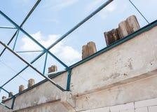 Vieille rénovation de botte de toit en métal de construction Image libre de droits