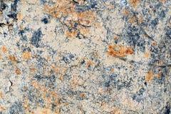 Vieille résine criquée de bitume sur un fond de baril en métal Photographie stock libre de droits
