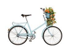Vieille rétro bicyclette avec des fleurs Photographie stock