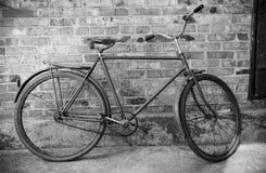 Vieille rétro bicyclette contre la brique wal Image stock