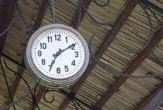 Vieille rétro horloge d'une station Images libres de droits