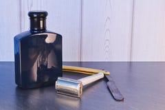 Vieille rétro lame de rasoir avec après la lotion de rasage sur la table en pierre photo stock