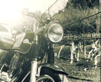 Vieille rétro moto de style avec le processus de couleur de vintage Photographie stock libre de droits