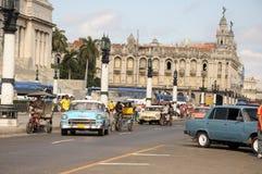 Vieille rétro voiture américaine sur la rue en Havana Cuba Photos stock