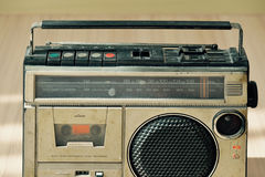 Vieille radio poussiéreuse avec un lecteur de cassettes Image libre de droits