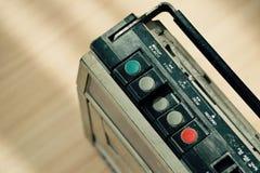Vieille radio poussiéreuse avec un lecteur de cassettes Photo libre de droits