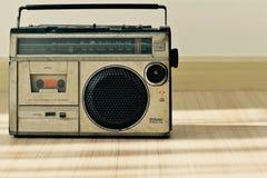 Vieille radio poussiéreuse avec un lecteur de cassettes Images libres de droits