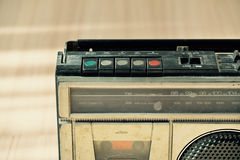 Vieille radio poussiéreuse avec un lecteur de cassettes Photographie stock