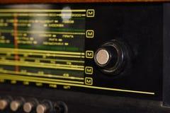 Vieille radio soviétique avec des fréquences pour le spyware écoutant, en gros plan photographie stock
