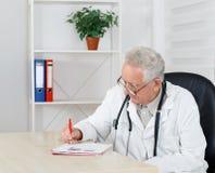 Vieille recette d'écriture de docteur dans la chambre de consultation Photos libres de droits