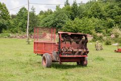 Vieille remorque de tracteur rouge Outils d'agriculture image stock
