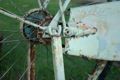 Vieille roue de bicyclette sur un fond vert Images libres de droits