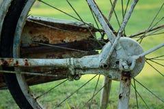 Vieille roue de bicyclette sur un fond vert Image stock