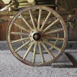 Vieille roue de chariot en bois sur un chariot Image stock