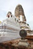 Vieille roue de la loi et vieille pagoda. Images libres de droits