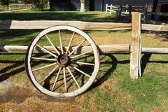 Vieille roue de rétro style, concept occidental sauvage Photographie stock libre de droits