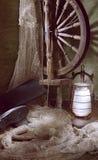 Vieille roue de rotation, lampe à pétrole, gaine Images stock