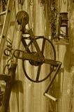 Vieille roue de vitesse âgée avec la manivelle et la lanterne Photo stock