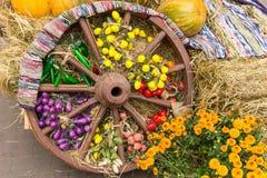 Vieille roue en bois décorée du tapis antique, récolte d'autum Photo stock