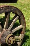 Vieille roue en bois de Horsecart Images stock