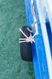 Vieille roue en caoutchouc accrochant dedans à coté de l'amortissement à se transporter Photos libres de droits