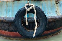 Vieille roue en caoutchouc accrochant devant l'amortissement à se transporter Photographie stock libre de droits