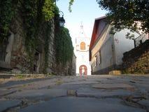 Vieille route à l'église Image stock