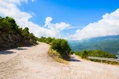 Vieille route étroite avec la courbe serpentine Photographie stock libre de droits