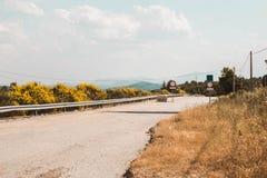 Vieille route abandonnée avec des signes de passage interdit photo stock