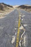 Vieille route avec les lignes jaunes images libres de droits