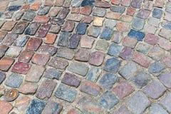 Vieille route colorée foncée de pavé rond Images stock