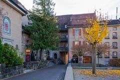 Vieille route médiévale au château dans Gruyeres, Suisse en automne photo libre de droits