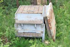 Vieille ruche avec le couvercle ouvert Images stock