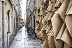 Vieille rue étroite avec les maisons en pierre dans Dubrovnik en Croatie photo stock