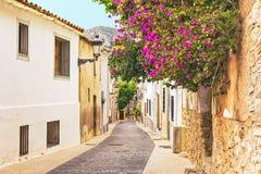 Vieille rue étroite dans une petite ville méditerranéenne Photographie stock libre de droits