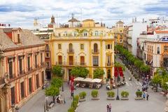 Vieille rue avec de vieilles maisons dans la ville de Séville photo stock