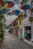 Vieille rue avec des parapluies Photographie stock libre de droits