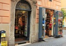 Vieille rue avec le magasin de pinocchio à Rome, Italie photographie stock
