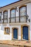 Vieille rue avec les maisons coloniales de style photographie stock