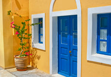 Vieille rue colorée à Oia, Santorini Photo libre de droits
