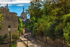 Vieille rue confortable dans le quart Montmartre à Paris, France Paysage urbain confortable de Paris photographie stock libre de droits